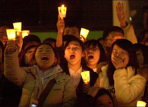 지난 12월 7일 광화문 촛불시위에 나선 학생들. 지난 12월 7일 광화문 촛불시위에 나선 학생들.